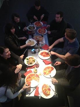 Pizzaessen mit den Kursteilnehmern